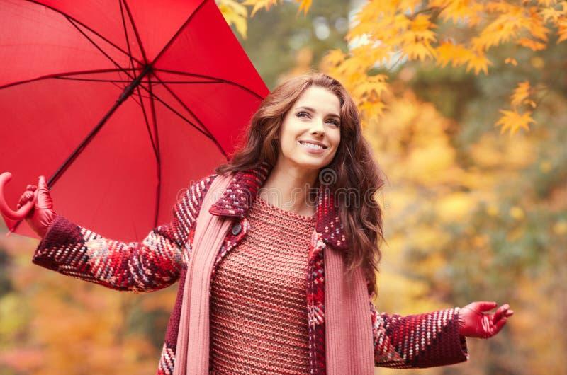 Bella camminata felice della giovane donna immagine stock libera da diritti