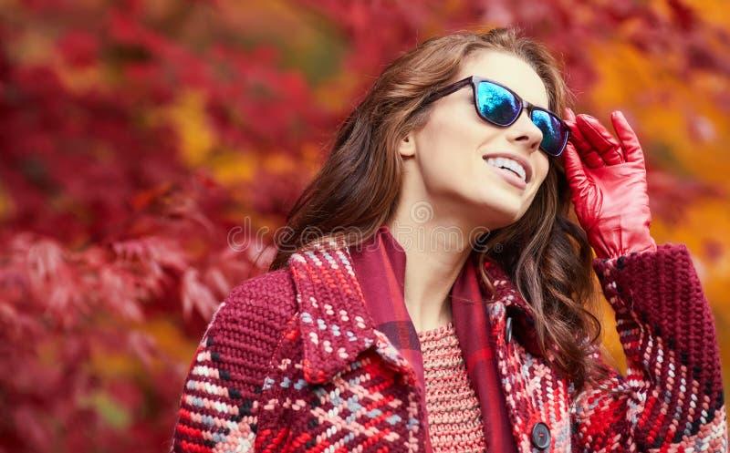 Bella camminata felice della giovane donna fotografia stock libera da diritti