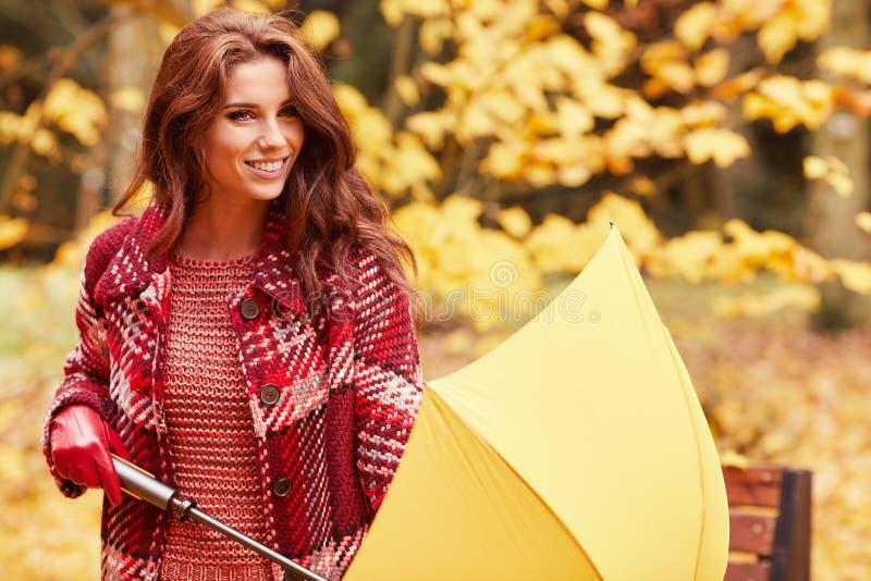 Bella camminata felice della giovane donna immagini stock libere da diritti