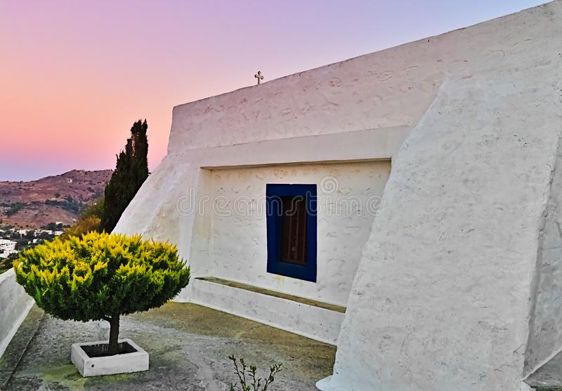 Bella cappella bianca, tempo di tramonto, Grecia fotografia stock