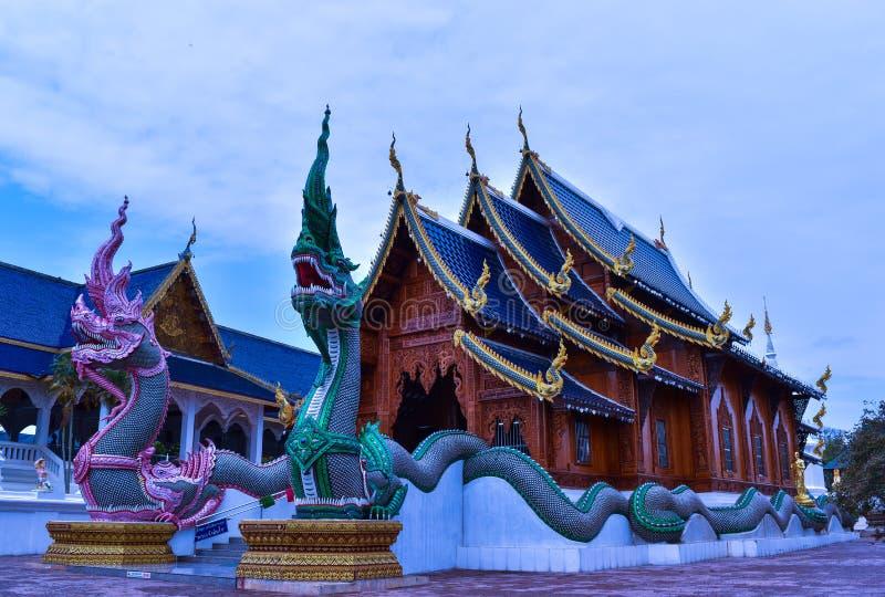 Bella cappella di legno scolpita stupefacente a Wat Ban-Den Chiang Mai, Tailandia fotografia stock