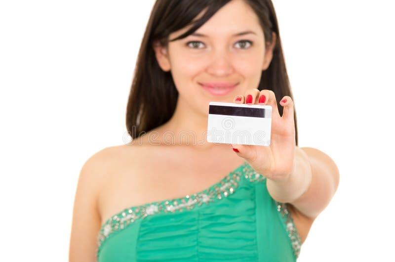Bella carta di credito della tenuta della giovane donna del primo piano fotografia stock