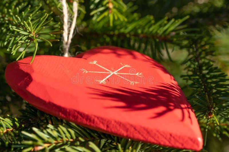 Bella cartolina d'auguri con i nuovi anni 2019 e rami felici dell'albero di Natale di San Valentino con il cuore rosso del dervis fotografie stock libere da diritti