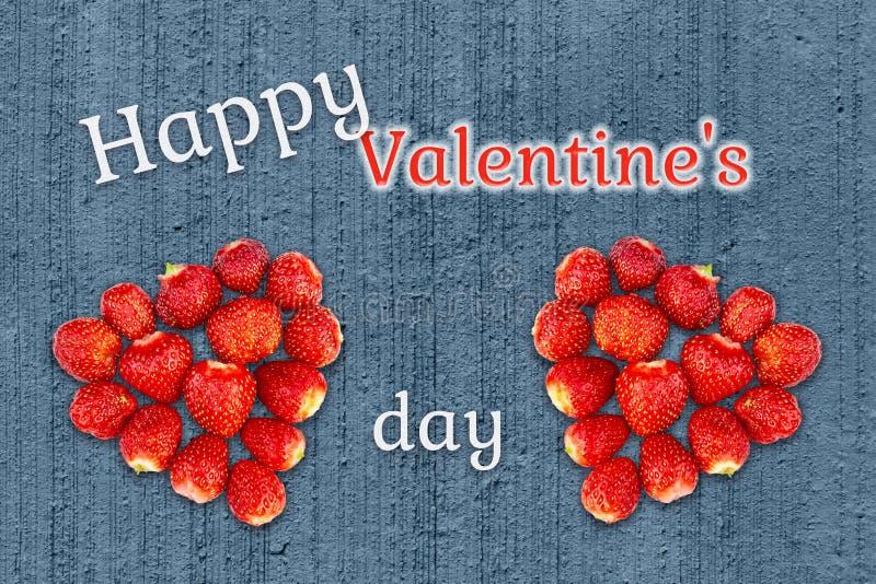Bella cartolina d'auguri con il giorno di biglietti di S. Valentino - i cuori hanno fatto dalle fragole sui precedenti di struttu fotografia stock libera da diritti