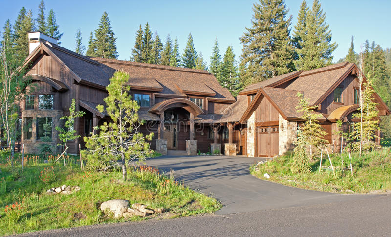 Bella casa dell'alta società della montagna fotografia stock