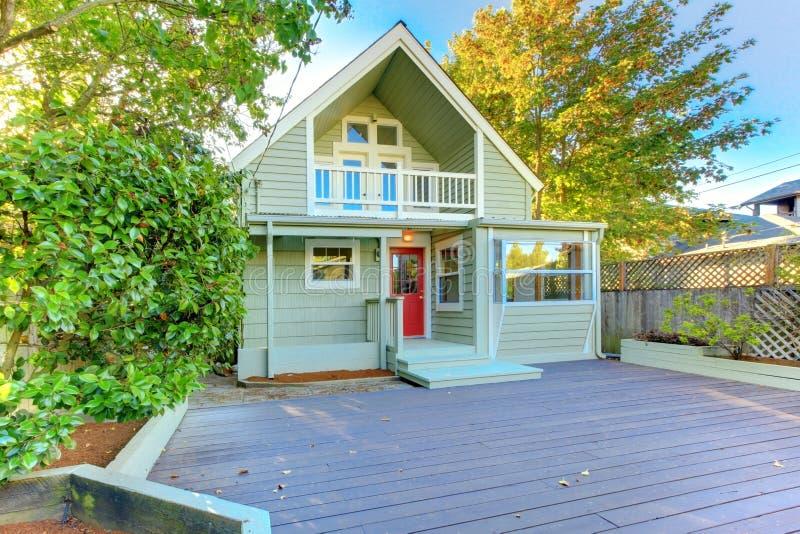 Bella casa di nord-ovest verde con il portico di legno fotografie stock libere da diritti