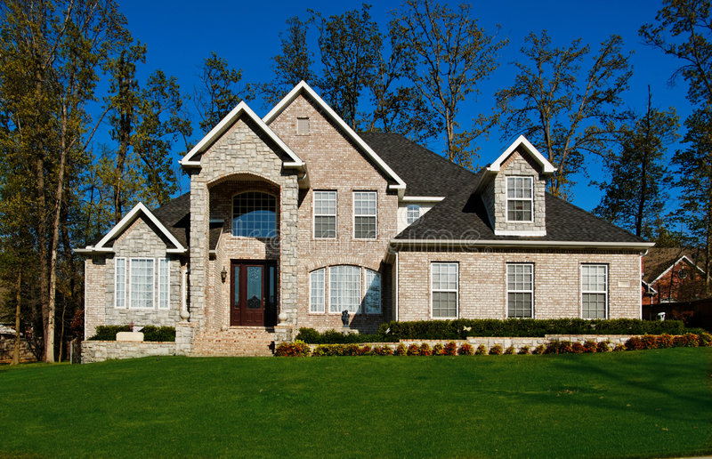 Bella casa a due piani fotografie stock libere da diritti