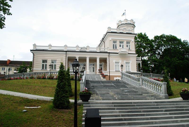Bella casa luminosa nel centro urbano di Druskinikai fotografie stock