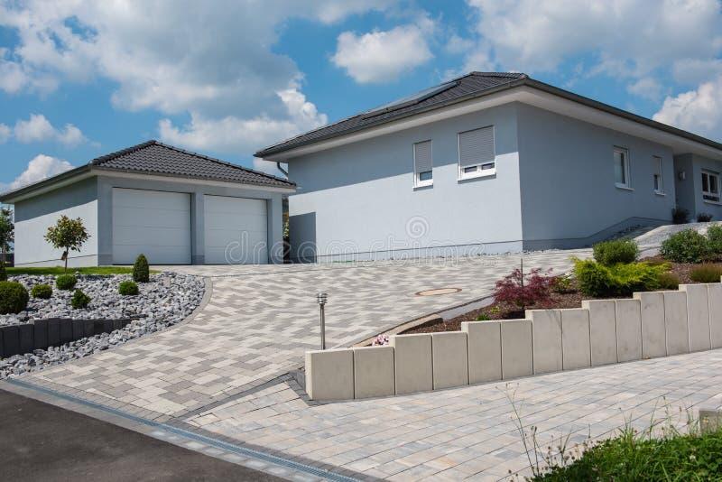 Bella casa prefabbricata blu-chiaro con il doppio garage immagini stock libere da diritti