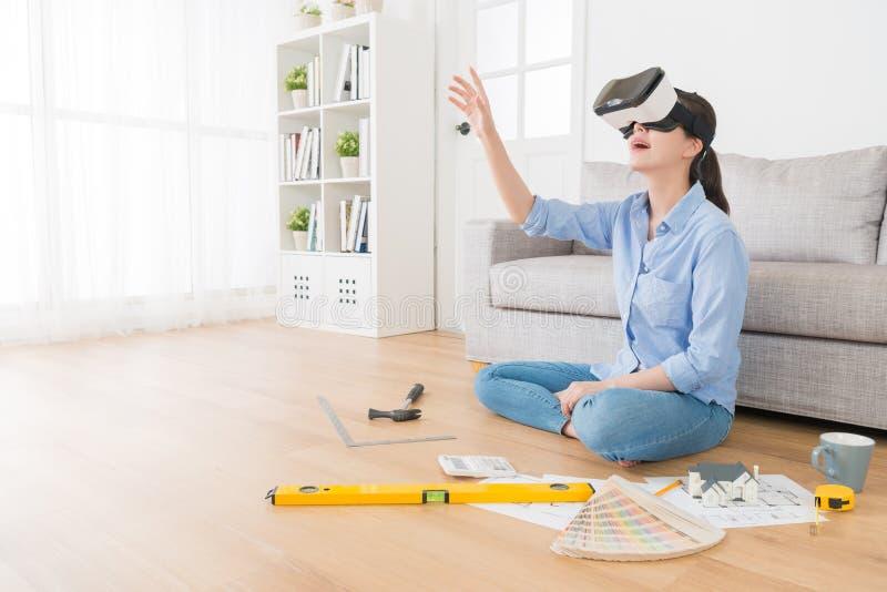 Bella casalinga graziosa che indossa il dispositivo di VR fotografie stock libere da diritti
