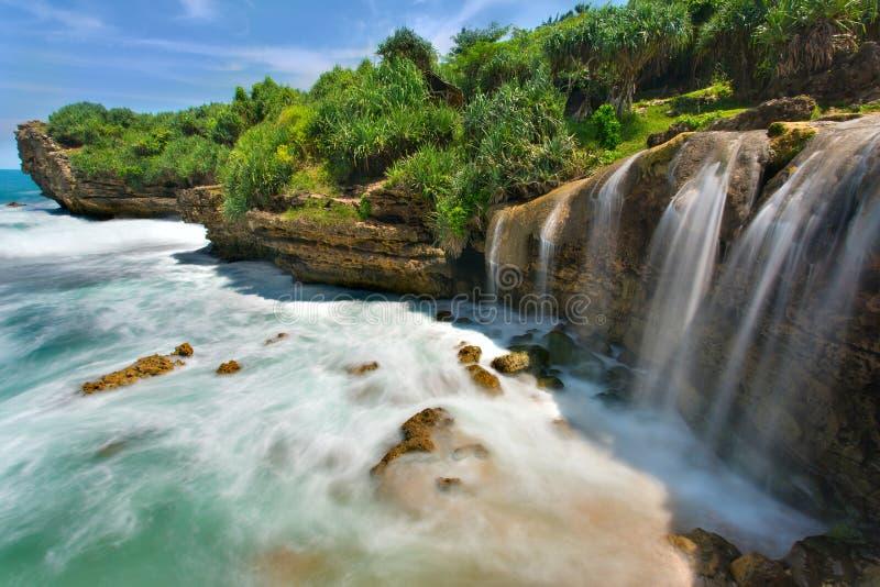 Bella cascata di Jogan che cade all'oceano fotografia stock libera da diritti