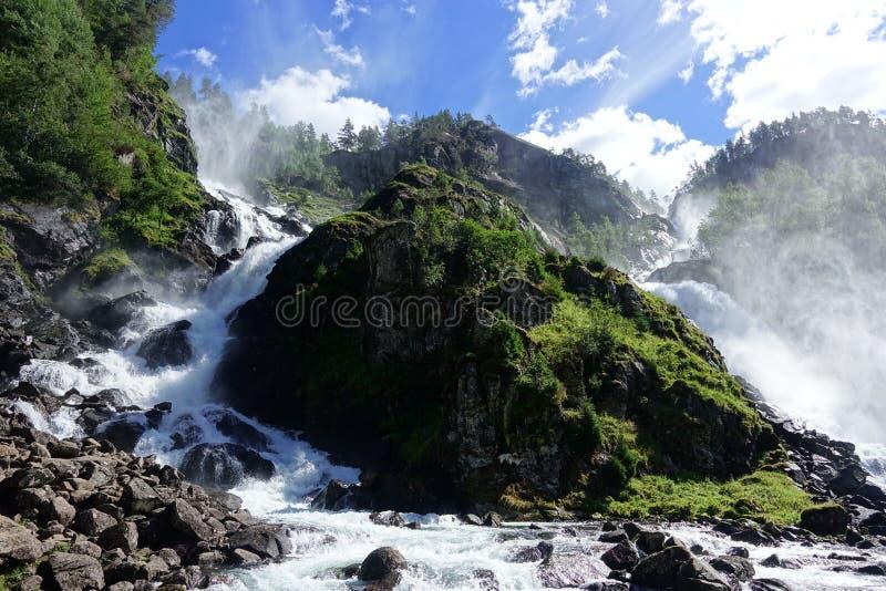 Bella cascata di Latefossen con due capre avventurose in Norvegia immagini stock libere da diritti