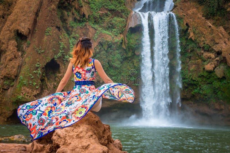 Bella cascata nel Marocco Indietro della donna in bello vestito che guarda caduta Ouzoud Natura esotica del Nord Africa, immagine stock