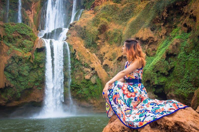 Bella cascata nel Marocco Indietro della donna in bello vestito che guarda caduta Ouzoud Natura esotica del Nord Africa, fotografie stock libere da diritti