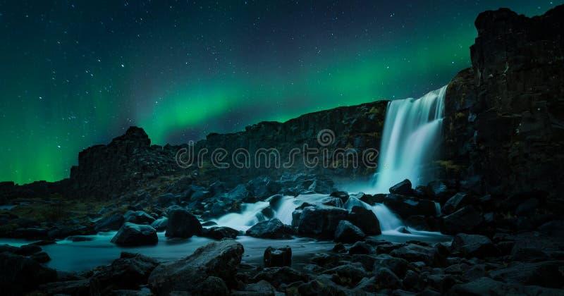 Bella cascata Oxarafoss della luce nordica in Islanda del sud fotografie stock libere da diritti