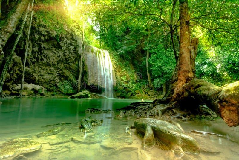 Bella cascata profonda stupefacente della foresta nel parco nazionale di Erawan, immagine stock libera da diritti