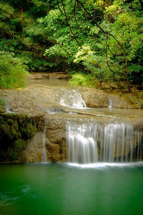 Bella cascata profonda stupefacente della foresta nel parco nazionale di Erawan, fotografie stock