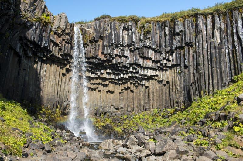 Bella cascata Svartifoss nel parco nazionale di Skaftafell, Islanda immagini stock libere da diritti