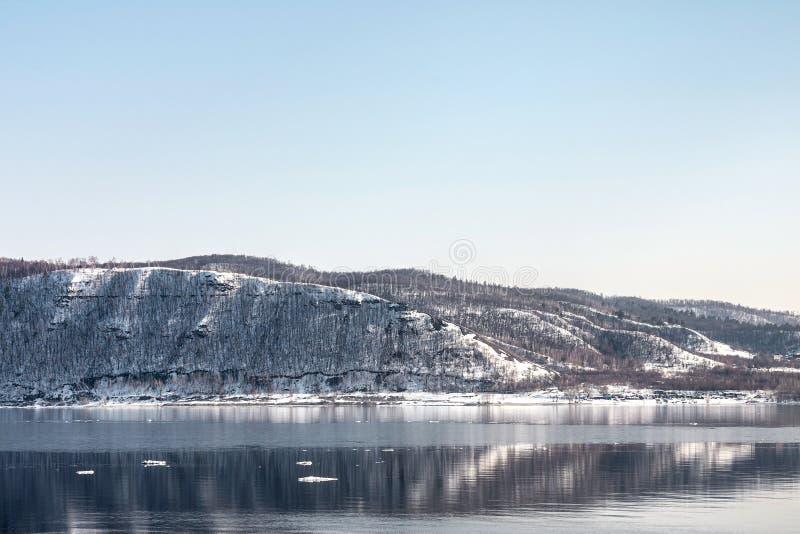 Bella catena montuosa innevata contro il cielo blu immagini stock libere da diritti