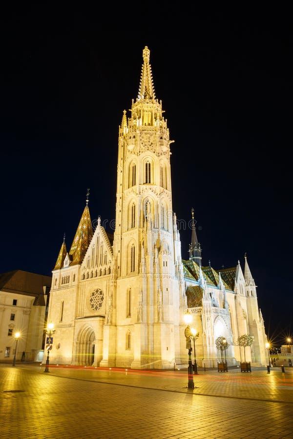Bella chiesa della st Matthias con illuminazione di notte Budape fotografia stock