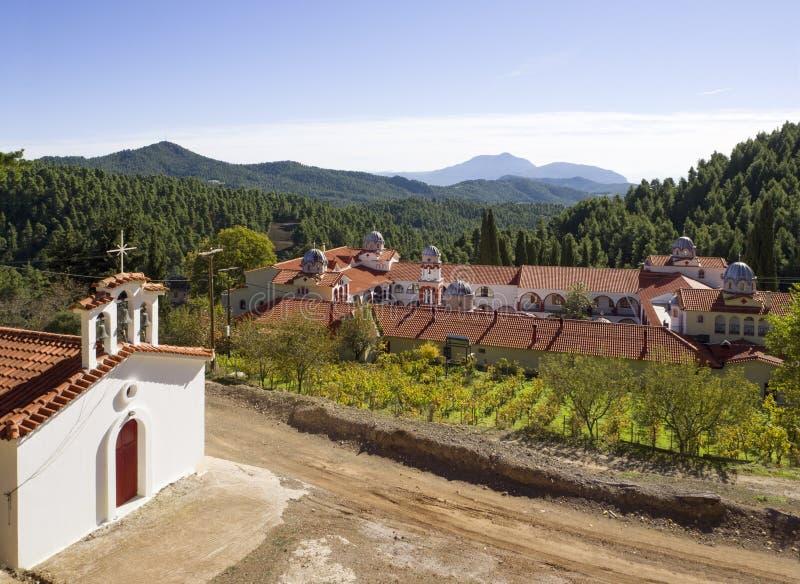 Bella chiesa greca di colore giallo un giorno soleggiato nelle montagne su un'isola Evia in Grecia fotografie stock