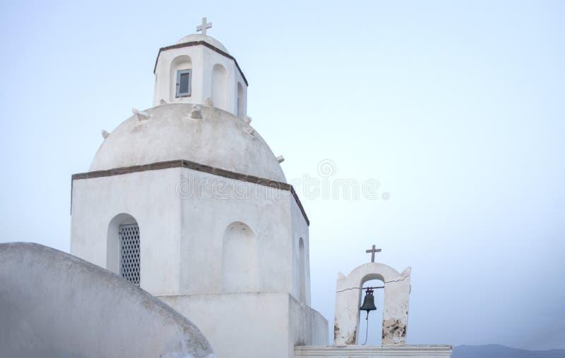 Bella chiesa ortodossa su Santorini in Grecia Piccola chiesa bianca tradizionale su Santorin La Grecia Isole di Cicladi Santorini fotografia stock libera da diritti