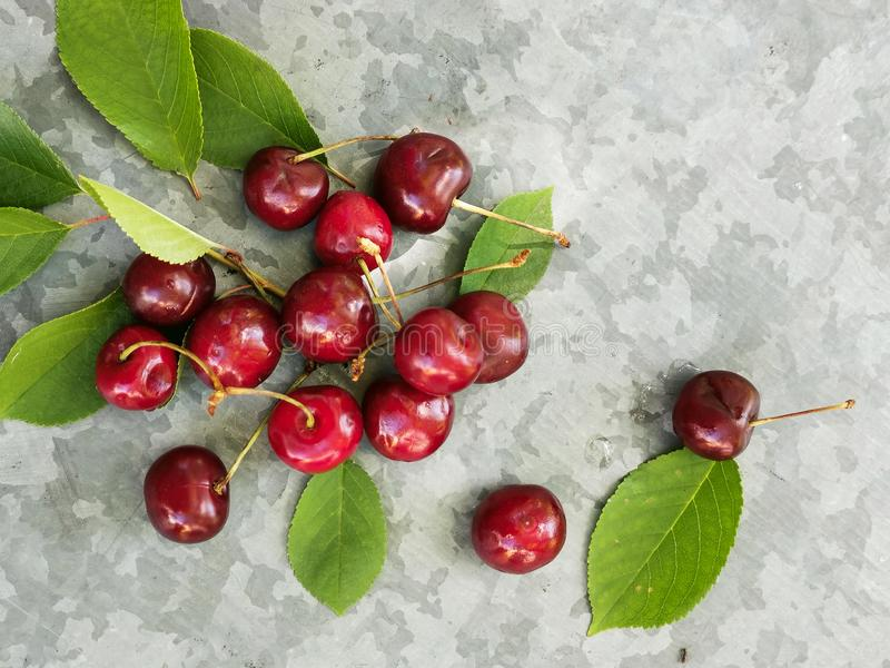 Bella ciliegia sulla tavola e sul piattino Le ciliege ed i noccioli di ciliegia, scava su un piatto fotografia stock