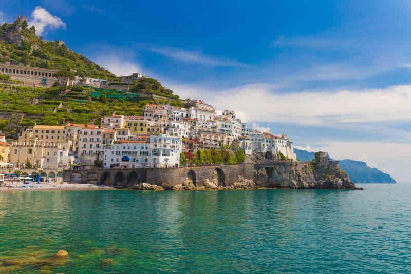 Bella città di Amalfi, cielo contrasty piacevole, costa di Amalfi, campania, Italia immagine stock