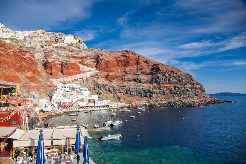 bella ciudad de Oia y caldera del antiguo puerto de Amoudi, isla de Santorini en el mar Egeo, Grecia imagen de archivo
