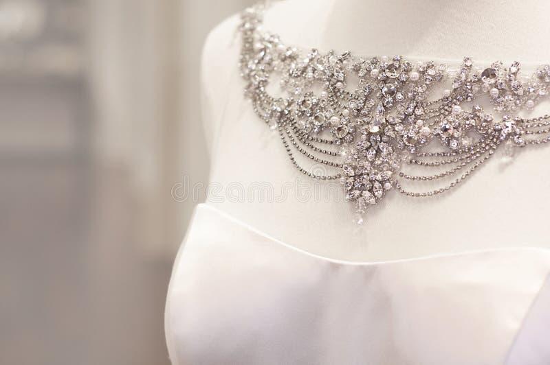 Bella collana del vestito da cerimonia nuziale fotografia stock