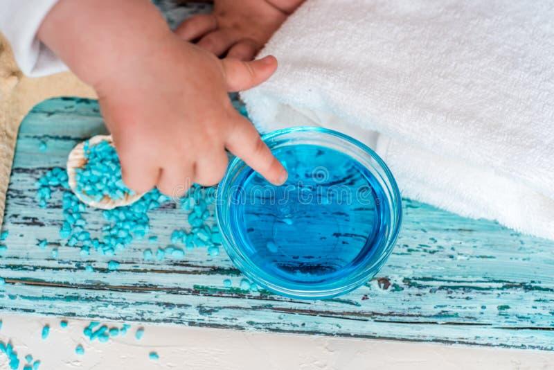 Bella composizione blu nella stazione termale sale marino blu, sapone liquido, stelle marine, coperture e un asciugamano di bagno immagini stock