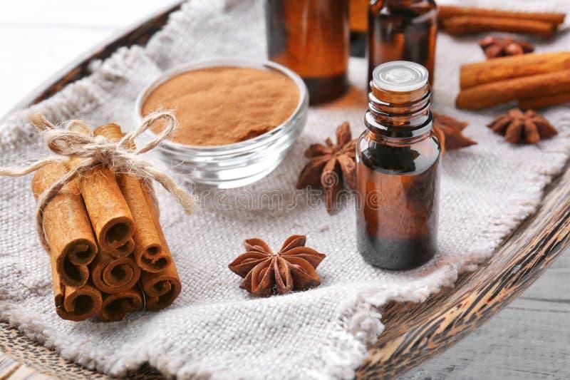 Bella composizione con l'olio di cannella essenziale in bottiglia di vetro fotografie stock