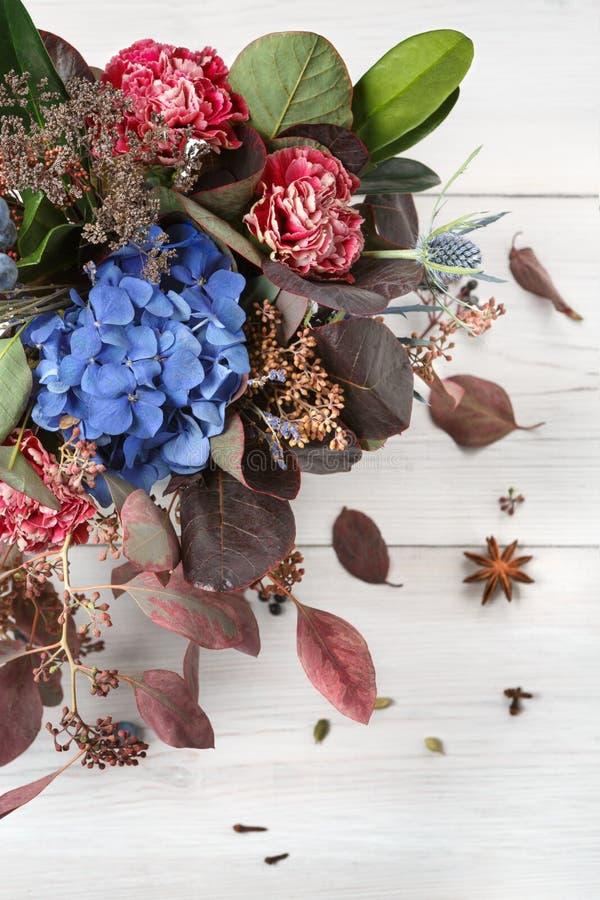Bella composizione del mazzo di autunno dei fiori e delle for Disegni del mazzo del secondo piano