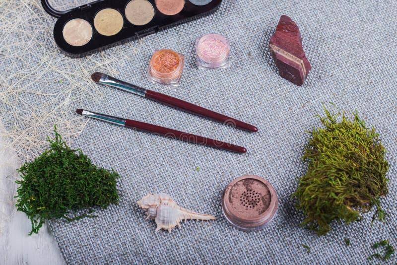 Bella composizione: spazzole professionali di trucco, attrezzature ed elementi decorativi fotografia stock libera da diritti