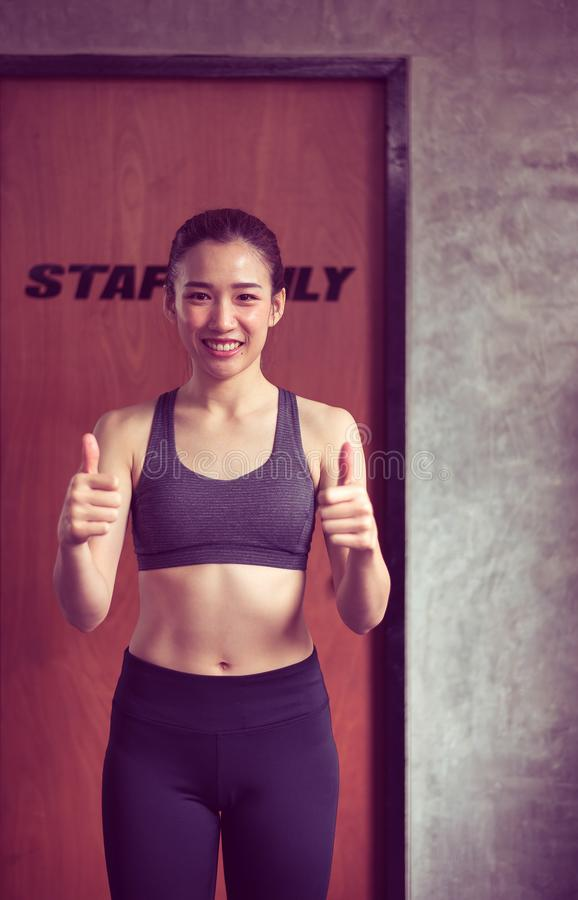 Bella condizione asiatica di posizione della donna e colpo di sollevamento su, felice sportivi e sorridere fotografie stock