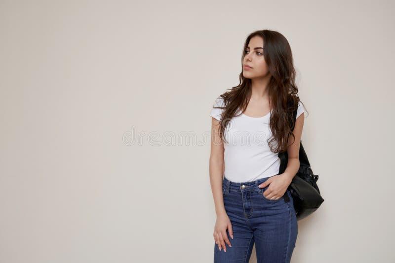 Bella condizione castana della studentessa sul corridoio fotografia stock