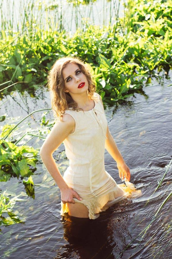 Bella condizione della ragazza nel centro del fiume fotografie stock