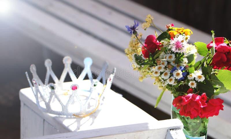 Bella corona e fiori selvaggi Il concetto di un addio al nubilato o di un compleanno fotografia stock libera da diritti