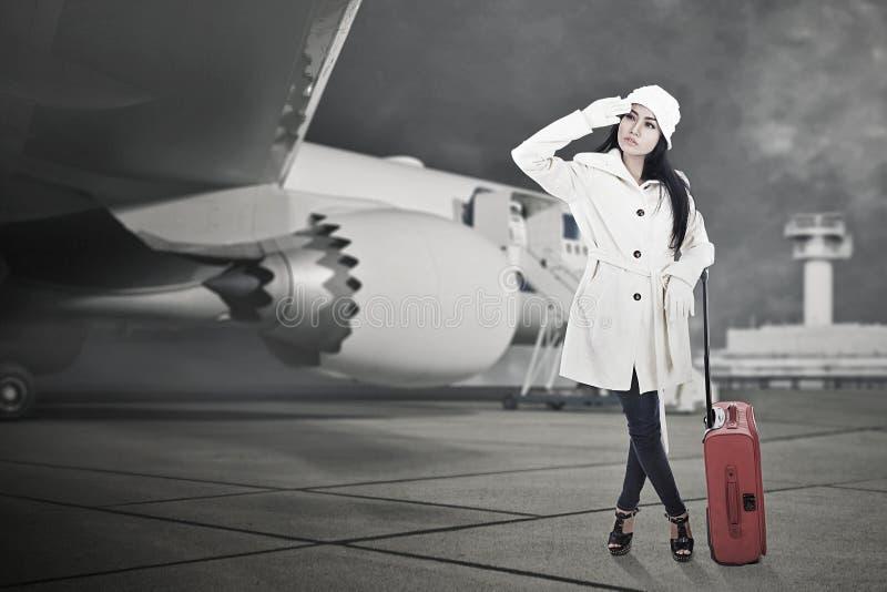 Bella corsa della donna in inverno con bagagli fotografia stock libera da diritti