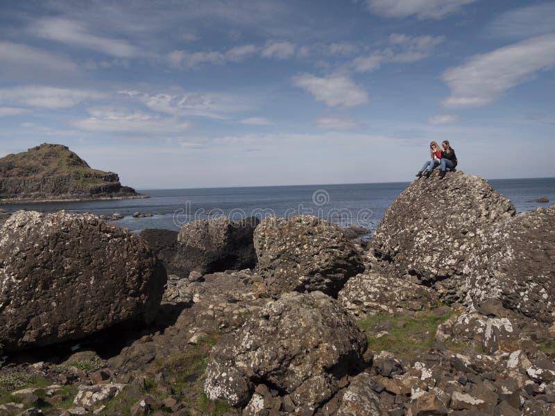 Bella costa della strada soprelevata di Giants in Irlanda del Nord immagini stock libere da diritti