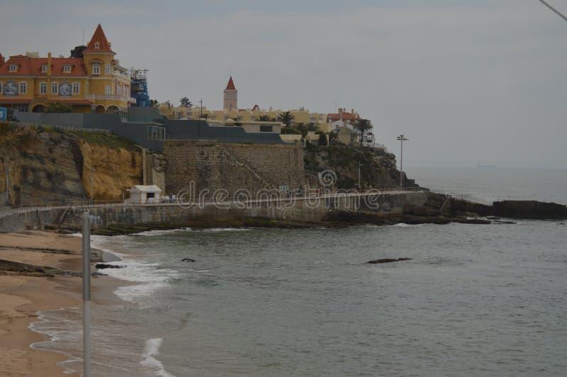 Bella costa di Estoril un giorno nuvoloso Viaggio, natura, paesaggio fotografie stock libere da diritti