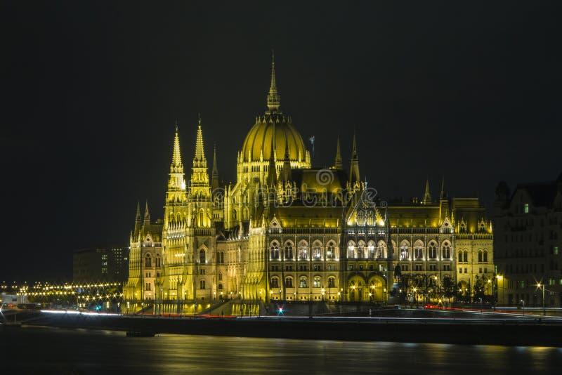 Bella costruzione del Parlamento a Budapest alla notte l'ungheria immagini stock libere da diritti