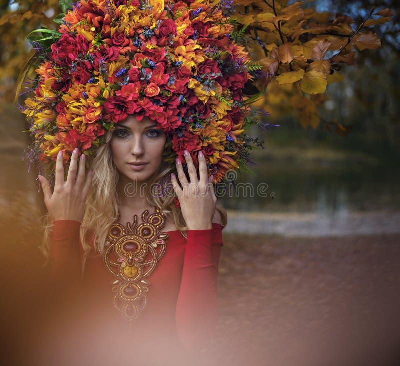 Bella crisalide bionda che indossa coroncina impressionante e variopinta fotografia stock