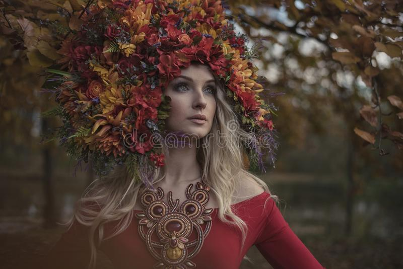 Bella crisalide bionda che indossa coroncina impressionante e variopinta immagini stock libere da diritti