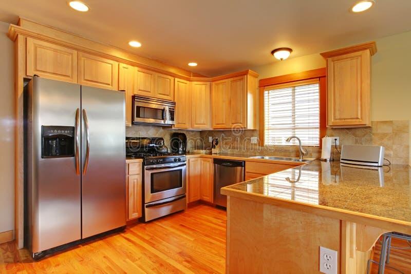 Bella cucina degli armadietti dell'acero dorato. immagine stock