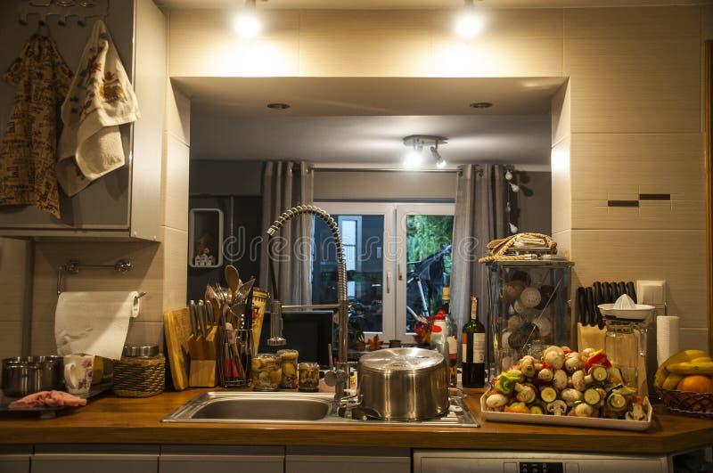 Bella cucina durante le preparazioni del pasto fotografia stock libera da diritti