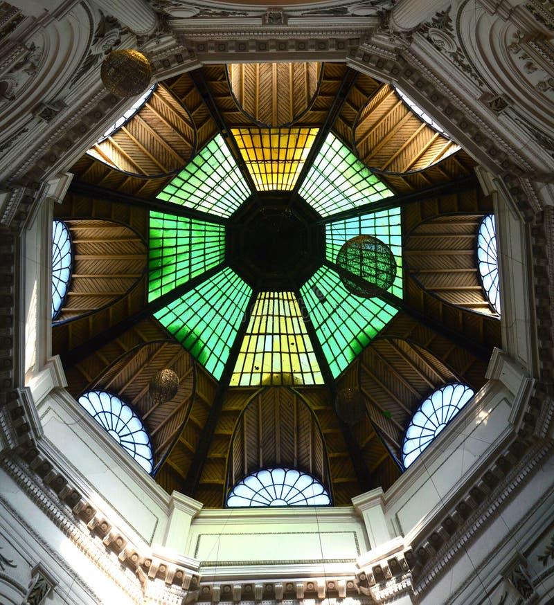 Bella cupola lustrata gialla e marrone verde a Pasajul Macca-Vilacrosse Bucarest Romania immagine stock libera da diritti