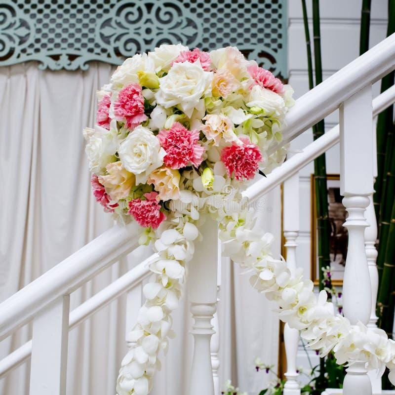 Bella decorazione del fiore di nozze alle scale fotografie stock