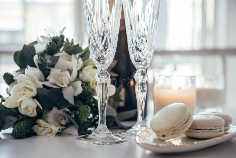 Bella decorazione di nozze con champagne ed i fiori, eleganti immagine stock