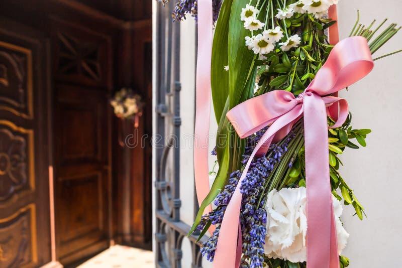 Bella decorazione di nozze del fiore in chiesa fotografia stock libera da diritti